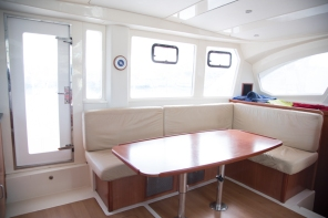 salon-table-bulkhead-door